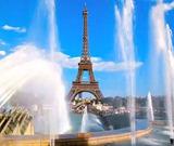 Дочь Ренаты Литвиновой Ульяна катает ее на коляске по Парижу
