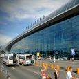 В аэропортах Подмосковья разрешили сидеть на полу и переодеваться в туалетах