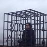 Сын Фарбера залез в клетку, протестуя на Воробьевых горах