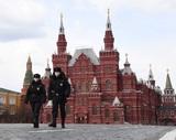 Песков заявил, что наказывать полицейских за очереди при проверке пропусков не будут