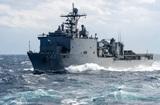 Десантный корабль США идет в Черное море