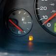 """Эксперты рассказали, почему опасно """"выкатывать"""" бензин до загорания лампочки"""