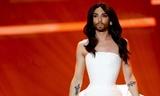 """Звезда """"Евровидения"""" Кончита Вурст оставила бороду, но побрилась налысо"""