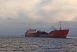 Операцию по спасению трех моряков после взрыва на танкере в Азовском море прекратили