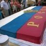 В Якутии толпа чиновников уничтожила гигантский торт, предназначенный для сирот