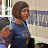 Надежду Толоконникову с единомышленницей выпустили из отделения полиции
