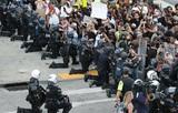 В Росгвардии прокомментировали преклонение колен полицейскими в США перед протестующими