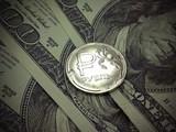 Торги на бирже открылись ростом курса рубля к доллару