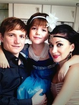 Роман Павлюченко увез жену и дочь из роддома на шикарном авто