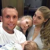 Суд расторг брак футболиста Глушакова с женой Дарьей