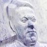 Памятники Ельцину красят то в синий, то в красный цвет