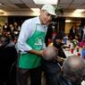 Бизнесмен из Китая накормил сотни бездомных в Нью-Йорке