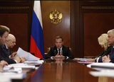 "Медведев пригрозил наказанием ""заигравшимся"" с ценами на бензин нефтяникам"