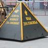 Коммунальщики решили позорить россиян за долги с помощью пирамиды и крана