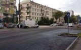 Рабочие перетащили трактором машины москвичей на запрещённые для стоянки места