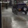 Полиция Лондона ищет водителя-хулигана: он специально обливает прохожих (ВИДЕО)