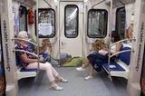 Социологи нашли объяснение широко раздвинутым ногам в общественном транспорте