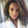 Эмили Ратажковски показала, как подруга измазала грязью ее «тылы»