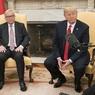 Жан-Поль Юнкер объяснил европейскую позицию Трампу при помощи ярких карточек
