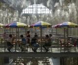 Рестораторы в Москве предложили пускать посетителей без QR-кодов бессрочно хотя бы на веранды