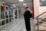 Очевидцы сняли на видео, как охранники ТЦ волокли двух подростков по полу