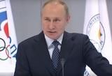 На видео попал конфуз с микрофоном Путина