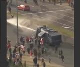 В Минске протестующие сломали примененный против них водомет