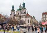 Семерых обливших кетчупом ворота посольства России в Чехии задержала полиция Праги