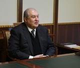 Заразившегося коронавирусом президента Армении госпитализировали с пневмонией
