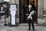 Борис Джонсон пришел на выборы с собакой и положил начало забавному флешмобу