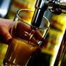 Фуд-эксперт назвал идеальный градус и угол разлива пива