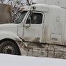 Десяток грузовиков из-за гололеда блокировали движение по МКАД на юге Москвы