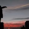 У Черного моря ночью почернел Ленин
