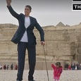 Встреча самого высокого мужчины и самой маленькой женщины в мире попала на видео