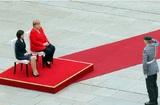 После недавних приступов Меркель на встрече с премьером Молдавии слушала гимн сидя
