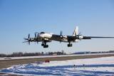 Бомбардировщик Ту-142 совершил экстренную посадку с отказавшим двигателем