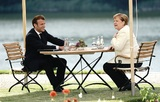 Канцлер Германии Ангела Меркель между маской и социальной дистанцией выбирает последнее