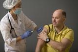 В регионах увеличат число прививочных пунктов, осталось нарастить производство вакцины