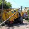 В центре Омска башенный кран упал на проезжую часть, есть жертвы