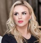 Анна Семенович показала, как бреет налысо своего жениха на самоизоляции