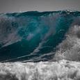 На видео попал момент гибели туриста, затянутого в море огромной волной