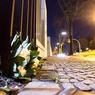 Москвичи несут цветы погибшим полицейским