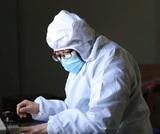 Число умерших от коронавируса превысило 900