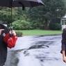 На Трампа обрушилась волна критики, когда он отказался поделиться зонтом с Меланией