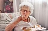 Медики рассказали о необычном признаке деменции, возникающем во время еды