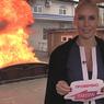 """Ведущая """"Ревизорро"""" Лена  Летучая публично сожгла кровать в Краснодаре"""