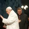 Папа Римский увез с острова Лесбос в Ватикан 12 беженцев