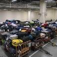 """Группа сотрудников аэропорта сделала воровство из сумок пассажиров своим «бизнесом"""""""