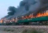 Десятки человек погибли при пожаре в поезде в Пакистане