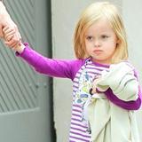 """Младшая дочь Джоли и Питта тоже стала """"косить"""" под мальчика по примеру Шайло"""